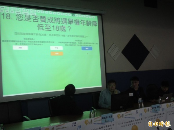 柯文哲(左2)填完議題立場問卷後,跟社會民主黨及綠黨完全一致。(記者洪定宏攝)
