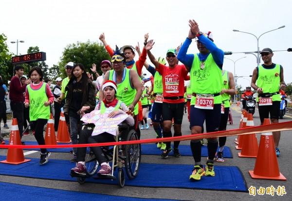 [新聞]感動人心的馬拉松 鋼鐵老爸推輪椅女兒挑戰
