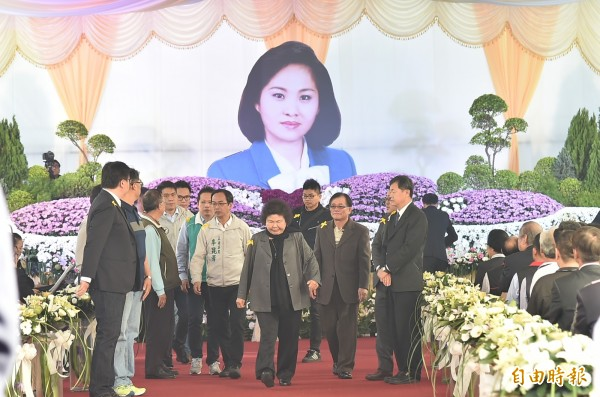 高雄市長陳菊率眾出席吳德美告別式致意。 (記者張忠義攝)
