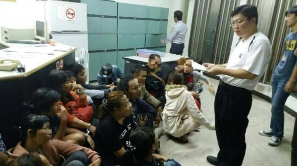 28名印尼外勞,多數是女性,且有約5人賣淫。(記者張瑞楨翻攝)