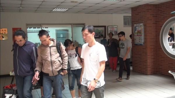台中專勤隊把查獲的外勞,先帶到彰化縣警局偵訊。(記者張瑞楨翻攝)