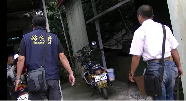 台中專勤隊到台中市一家精密機械公司後方,查緝2名逃逸外勞。(記者張瑞楨翻攝)
