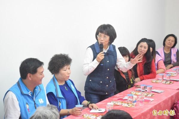 國民黨副總統候選人王如玄(左三)強調個人不做非法的事情。(記者陳韋宗攝)