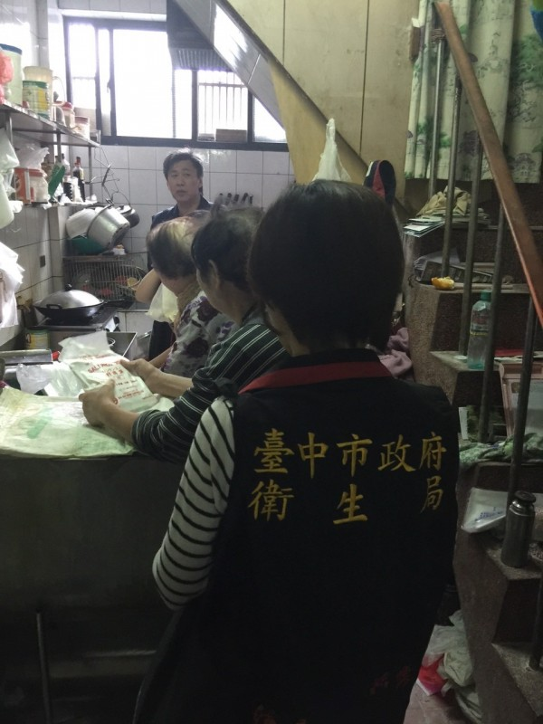 衛生局驗出大裕製麵廠違法使用硼砂製做麵條。(記者蔡淑媛翻攝)