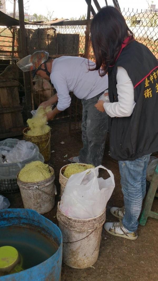 衛生局驗出貴發製麵廠違法使用食品級過氧化氫製做麵條。(記者蔡淑媛翻攝)