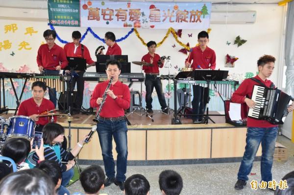星星王子打擊樂團巡迴演出首發到田寮新興國小。(記者蘇福男攝)