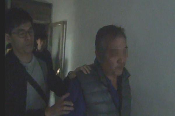 阿美族王姓男子遭警方帶回偵訊。(記者徐聖倫翻攝)