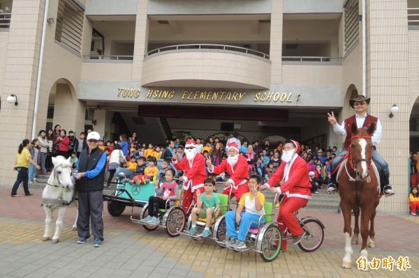 下營東興國小耶誕節活動,安排學童騎馬、搭馬車及越南三輪車。(記者劉婉君攝)