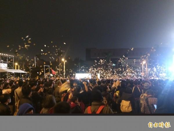 代表時代力量競選台北市第5選區立委的林昶佐,今在中正紀念堂自由廣場舉辦演唱會,現場民眾沸騰,撒冥紙的場景宛如閃靈的招牌場合。(記者郭逸攝)