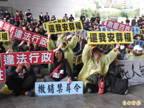 200多名第一花園公墓的受害者到市府抗議,要求撤銷禁葬令(記者蘇金鳳攝)