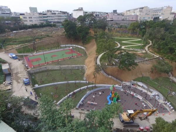 鶯歌區占地約4000坪的永吉公園有籃球場、兒童遊戲及體健廣場,還有一座會湧出天然水源的生態池。(新北市工務局提供)
