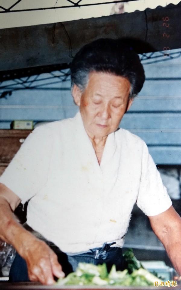 莊朱玉女在高市公園路橋下賣了五十年「十元自助餐」,成為清苦人的守護者。(資料照)