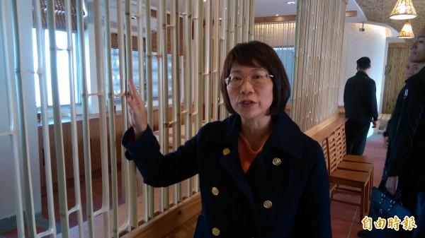 國民黨副總統候選人王如玄到竹山小鎮文創參訪,看到用竹子做成的隔間,大讚業者的用心。(記者劉濱銓攝)