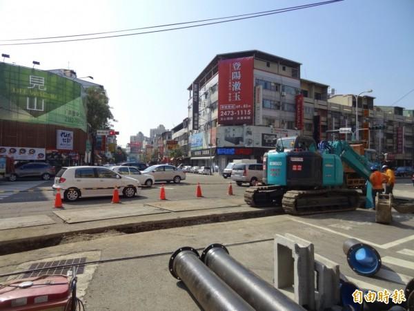 自來水公司配合五權西路路平工程,先進場汰換老舊水管。(記者張菁雅攝)