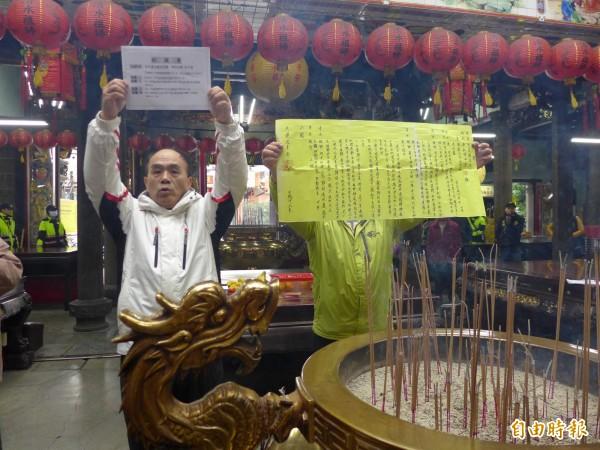 淡水鎮民俗改善委員會前主任委員王傳聲手拿抗議書請求清水祖師顯靈。(記者李雅雯攝)
