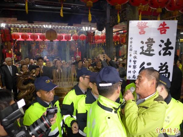 淡水清水巖祖師廟主任委員呂子昌在抗議聲中任職。(記者李雅雯攝)