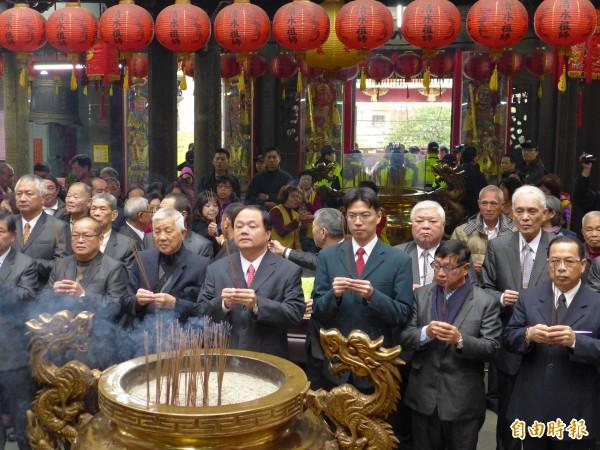淡水清水巖祖師廟主任委員呂子昌(前排右四)在抗議聲中任職。(記者李雅雯攝)