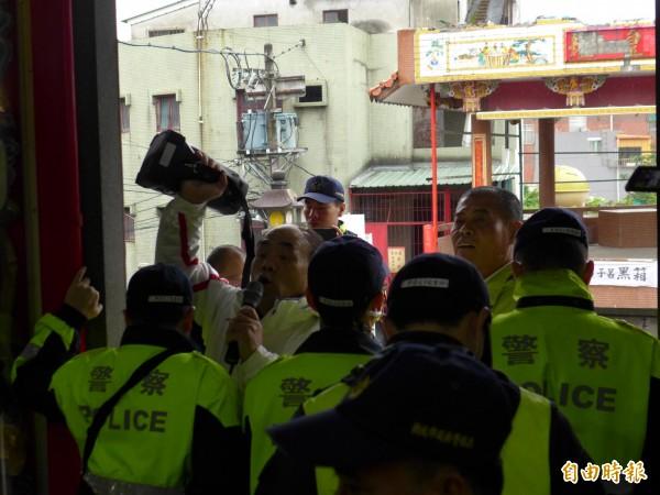 警察隔絕抗議者。(記者李雅雯攝)