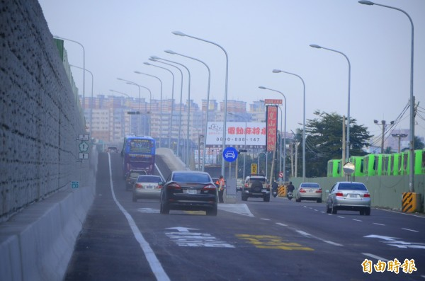 大灣交流道北上入口匝道開放,使用的車輛不少。(記者吳俊鋒攝)