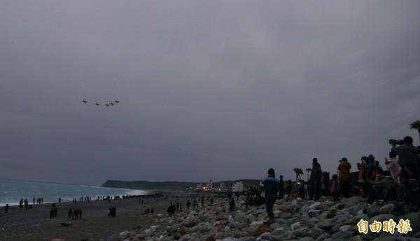 七星潭湧入上千名遊客看戰機迎曙光。(記者王峻祺攝)