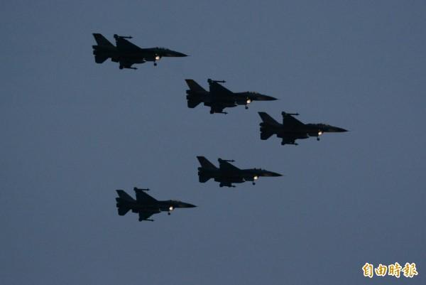 5架F-16戰機採「大雁隊形」編隊飛行,由太平洋方向衝向七星潭海灘迎曙光。(記者王峻祺攝)