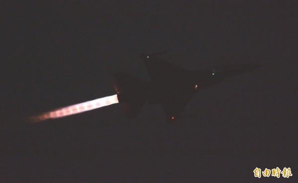 戰機引擎噴火升空,劃破寧靜黑夜。(記者王峻祺攝)