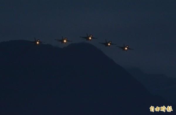 5架戰機從三棧溪外海飛向七星潭迎曙光。(記者王峻祺攝)
