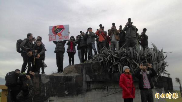 民眾站上碉堡爭先拍攝戰機迎曙光風采。(記者王峻祺攝)