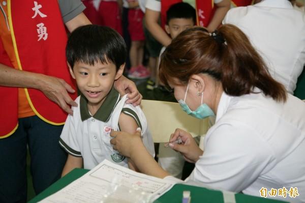 衛生局保護市民健康,提供6000劑免費流感疫苗,不限年齡皆可接種。 (記者黃鐘山攝)