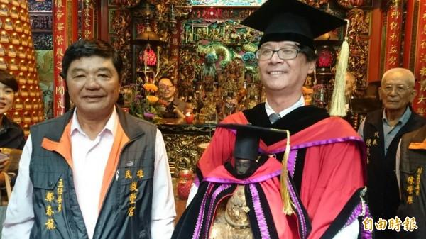 中正大學校長吳志揚(右)高興成為「神農大帝的校長」。(記者余雪蘭攝)