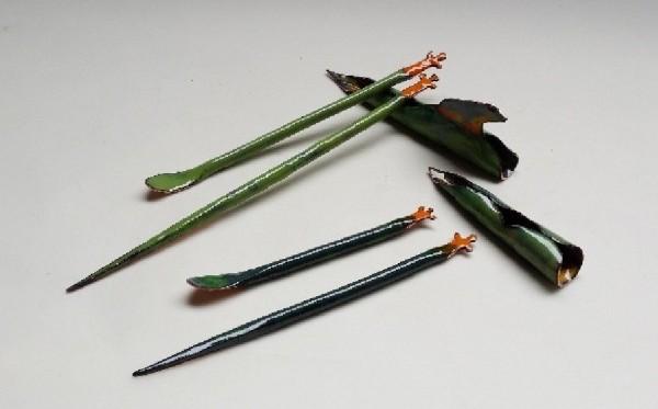 鶯歌工商學生翁定為以「台北樹蛙」為主題設計出精緻的茶針及茶匙。(圖由鶯歌工商提供)