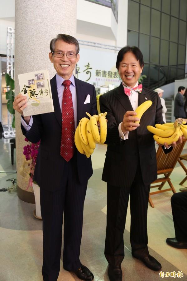吳振瑞的兒子吳庭光(左)、吳庭和(右)出席金蕉傳奇新書發表。(記者邱芷柔攝)