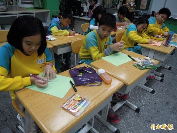 小朋友認為,有外國老師來上課,比較特別,也覺得上課很好玩。(記者梁珮綺攝)