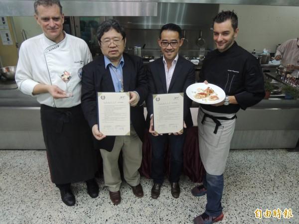 義大利名廚杜喬治(右1)到弘光科大教學。(記者張軒哲攝)