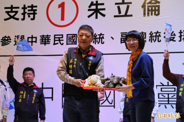 台灣總工會理事長蔡明鎮送上代表「包中」的包子與粽子給王如玄。(記者邱芷柔攝)