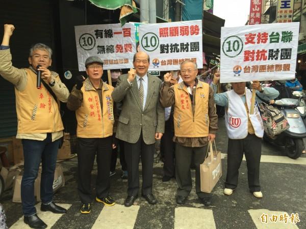 台聯主席黃昆輝今早到彰化市三民市場掃街拜票,衝刺台聯的政黨票,高呼口號引來注目,不少民眾鼓掌叫好。(記者張聰秋攝)