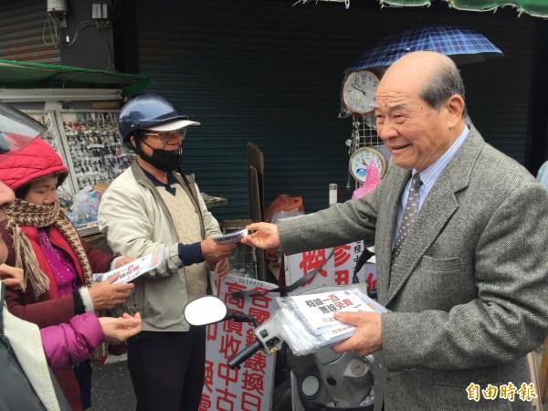 台聯主席黃昆輝今天早上到彰化市三民散發傳單,懇請鄉親政黨票支持台聯。(記者張聰秋攝)