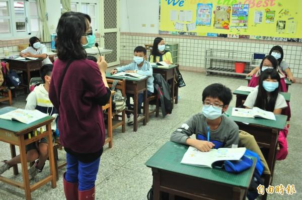 師生戴口罩在門窗緊閉的教室上課,戶外課程通通取消。(記者花孟璟攝)