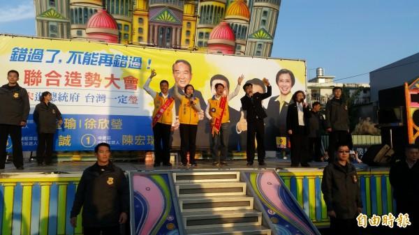 民國黨主席徐欣瑩(中)說,台灣不是只有藍綠。(記者周敏鴻攝)