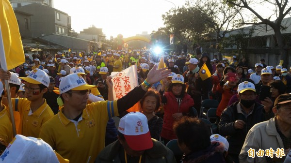 「宋瑩配」與民國黨立委候選人聯合造勢大會,吸引許多支持者參加。(記者周敏鴻攝)
