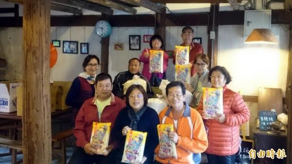 菁寮國小、南市KKF自然農法促進會贈好米給無米樂社區,要讓參加共餐的老者呷健康。 (記者王涵平攝)