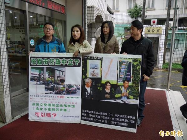 議員們拿出證據指控何煖軒搭乘公務車,到台北參加民進黨總統候選人蔡英文總部的輔選會議。(記者余瑞仁攝)