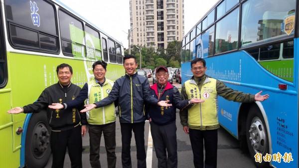 新竹市藍綠雙線公車上路暢遊無限,市長林智堅邀請市民多搭公車,享受大眾運輸的方便。(記者洪美秀攝)