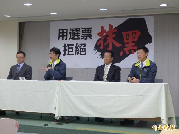 民進黨立委陳其邁、發言人王閔生、律師顧立雄、連元龍等人在中午立刻開記者會反擊(記者蕭婷方攝)