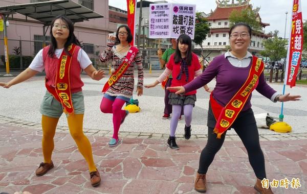 人民民主陣線高雄聯合參選團隊於鳳山街頭,大跳謝金燕的姐姐舞曲,尋找投票支持的選民。(記者陳文嬋攝)