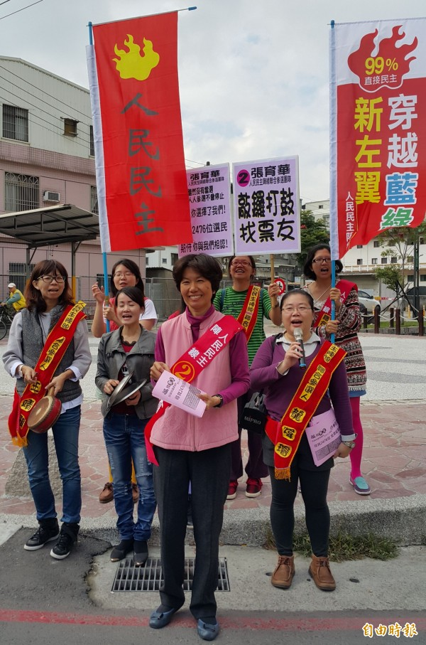 人民民主陣線高雄聯合參選團隊今於鳳山街頭謝票,尋找投票支持的選民。(記者陳文嬋攝)