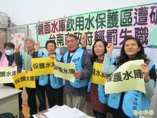 台南環團指控鏡面水庫水源區不當開發,要求南市府重罰,並說清楚講明白,否則有圖利放水嫌疑。(記者蔡文居攝)