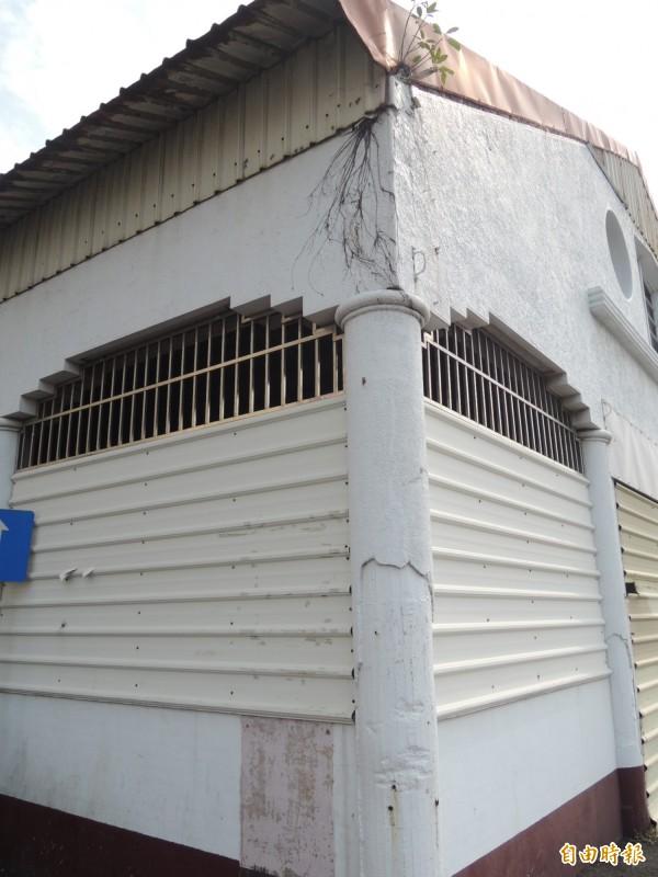 台南舊漁市場外觀捲窩型柱頭,仍依稀可見日治時期舊樣貌。(記者洪瑞琴攝)