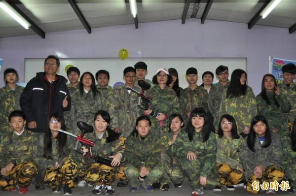 龍潭警方邀小朋友穿迷彩裝玩漆彈槍。(記者周敏鴻攝)