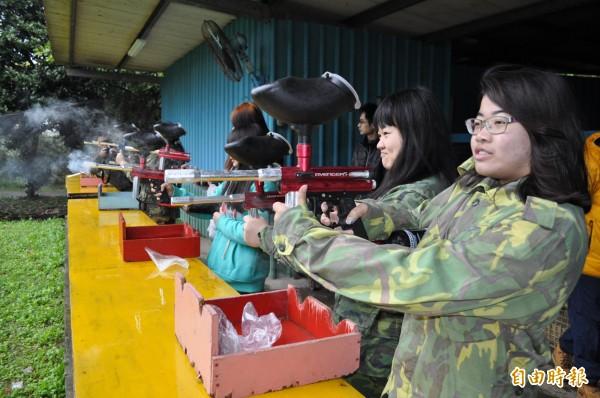 龍潭警方邀來小朋友穿迷彩裝玩漆彈槍。(記者周敏鴻攝)